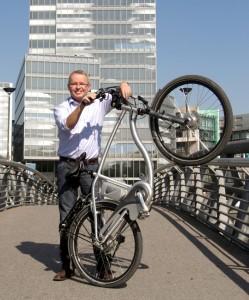 Reiner Kolberg, Herausgeber e-Bike Info mit Flyer unterwegs