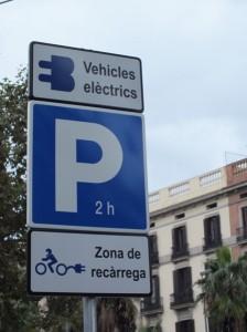 Parkplatz und Ladestation für e-Bikes in Barcelona.