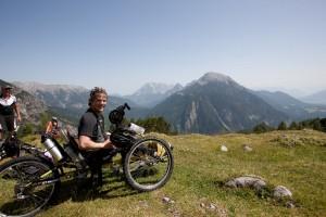 Felix Brunner mit Cross-Handbike und Sunstar iBike Motor (c) Foto Simon Toplak