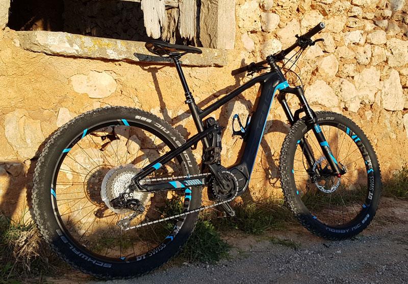 """e147168a93032e Die Performance Bike-Marke """"Focus"""" denkt das E-Mountainbike vollkommen neu.  Wir waren bei ersten offiziellen Fahrtests auf Mallorca mit dabei."""