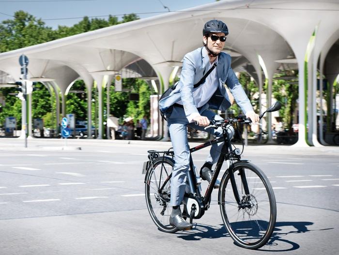 Kalkhoff E-Bikes sind auch bei Anzugträgern beliebt.